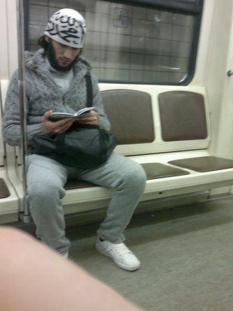 """Этот чел читает брошюру """"Хитрости сатаны"""". Фото сделано между Молодёжной и Кунцевской."""
