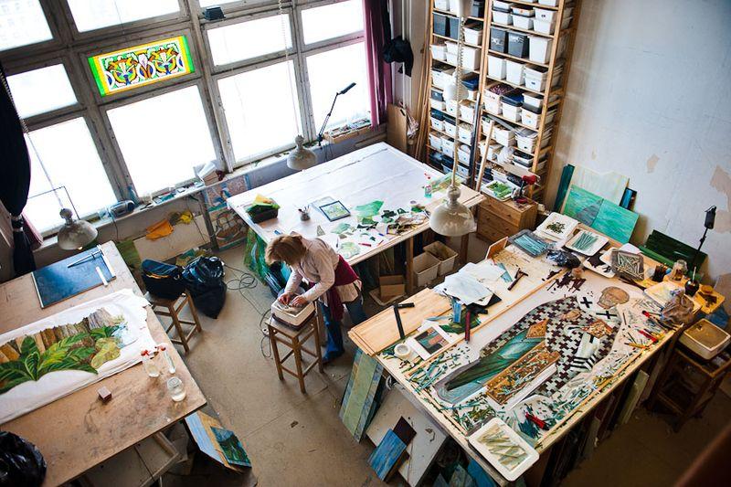 Двадцать лет назад «Александрия» создавалась как студия витража, и я уже рассказывал о том, как здесь работают в этой технике. При создании витражей используется самое разное стекло – от прозрачного, до плотного. Со временем остатков плотного, непрозрачного стекла накопилось достаточно много, и в студии решили попробовать пустить их в дело – начать выкладывать мозаику. С этого момента прошло шесть, лет, и теперь мозаику можно смело назвать второй основной специализацией студии. Для такой важной работы были обучены мастера и оборудованы мастерские.