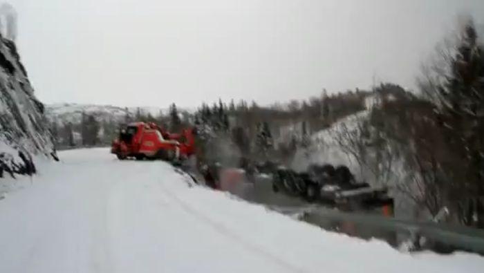В Норвегии два грузовика упали в пропасть (видео)
