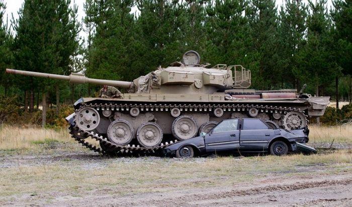 Развлечение для настоящих мужчин - езда на танках по машинам (11 фото+видео)