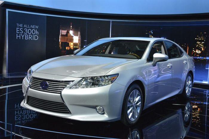 Lexus ES получил новую гибридную силовую установку (42 фото+видео)