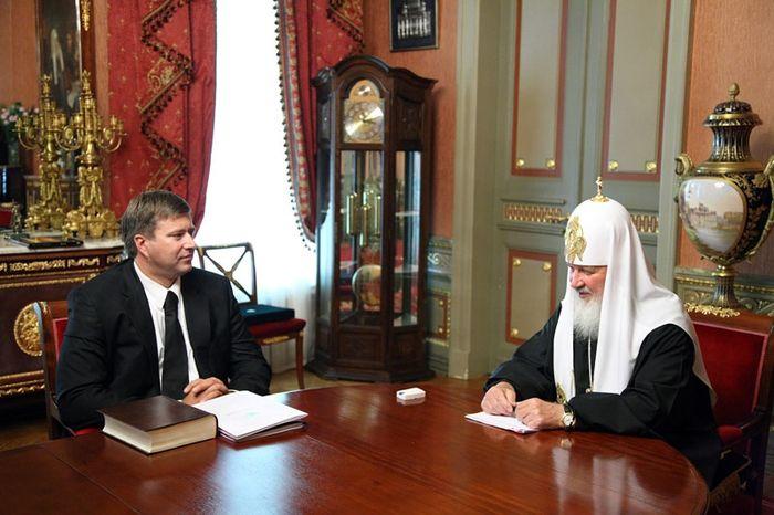 Патриарх Кирилл в Зазеркалье (8 фото)