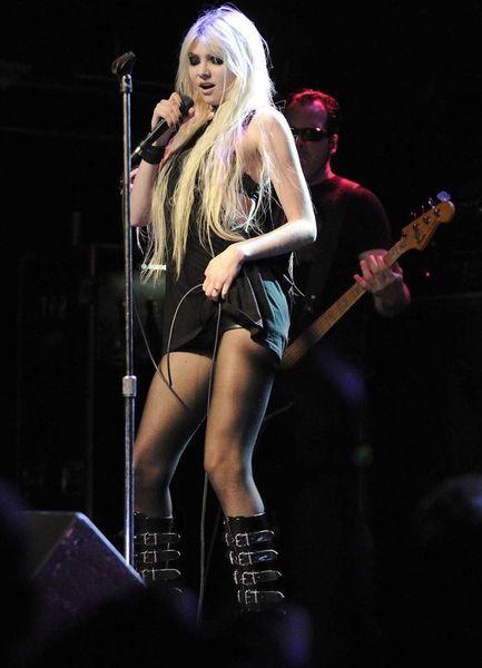 Тейлор Момсен на сцене (9 Фото)