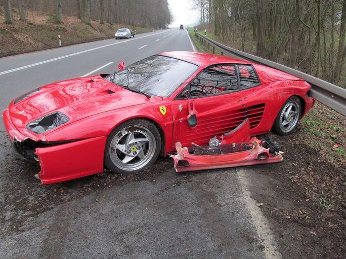 Водитель Ferrari F512M разбил свою машину, но спас жизнь пешеходу (2 фото)