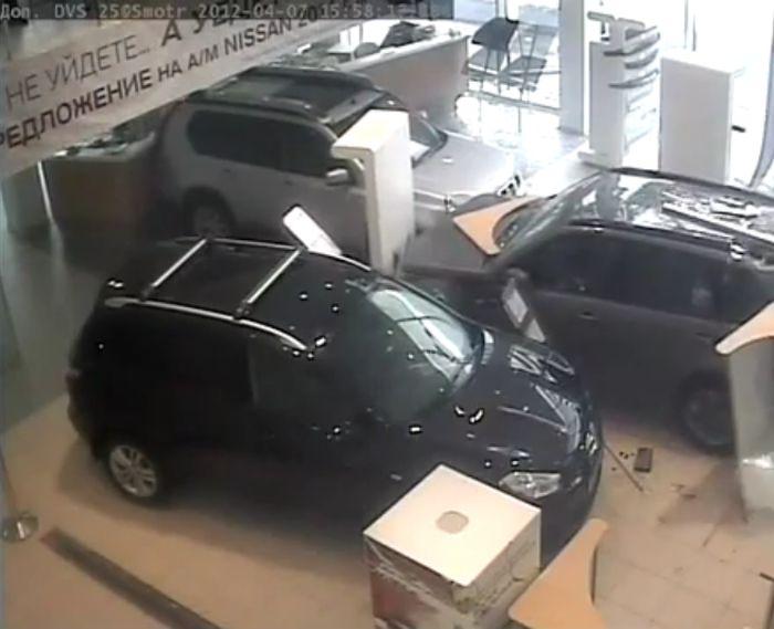Погром в автосалоне Nissan (2 видео)