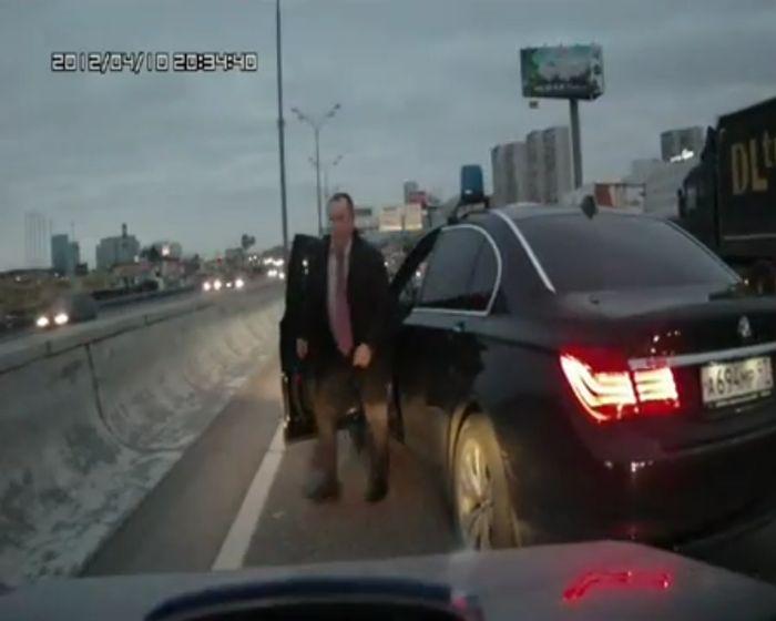 Водитель автомобиля со спецсигналом и мигалкой обматерил водителя на МКАД (видео)