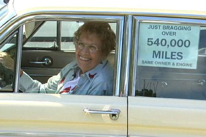Бабуля проехала на машине почти миллион километров! (4 фото+видео)