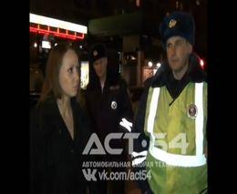 Буйная девушка против полиции