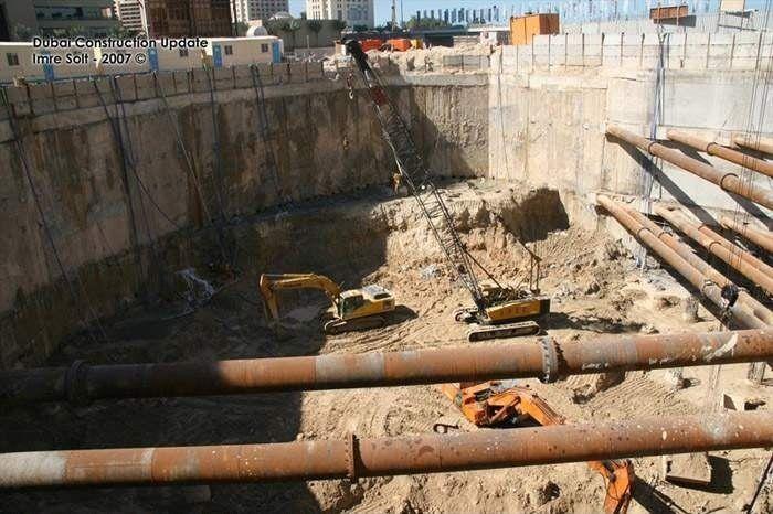 В Дубае строили небоскреб, а получился бассейн (4 фото)