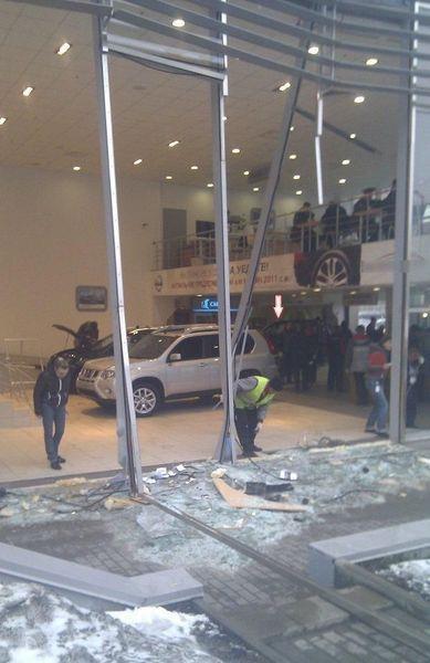 Последствия погрома в автосалоне Nissan (5 фото+видео)