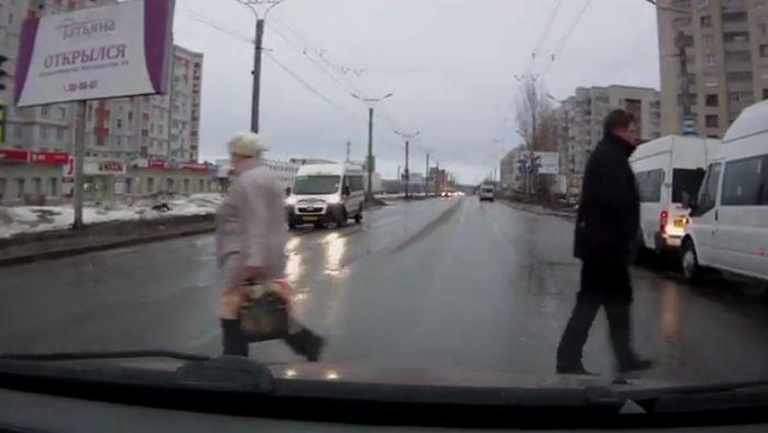 Пьяный парень сбил женщину на переходе (4 видео)