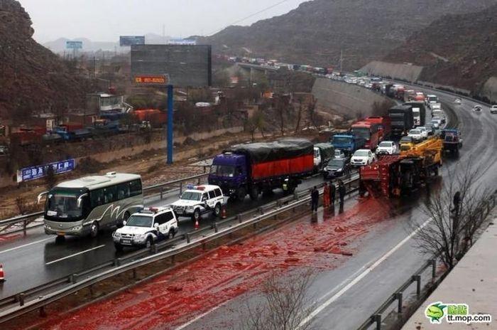 Тонны соуса чили на дороге из-за аварии грузовика (6 фото)