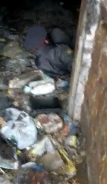 Полицейский уснул на помойке (видео)