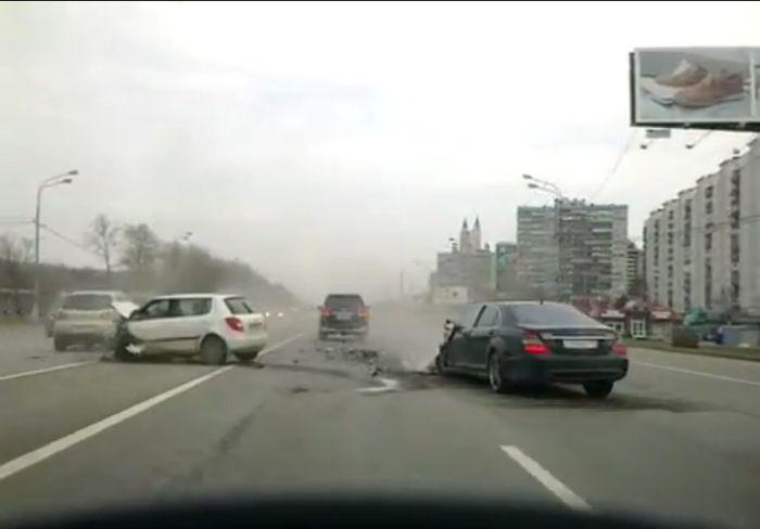 Серьезная лобовая авария на Кутузовском (28 фото+2 видео)