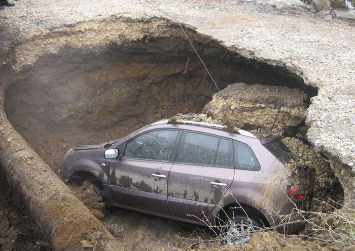 В Туле Рено Колеос ушел под землю за секунды (5 фото+2 видео)