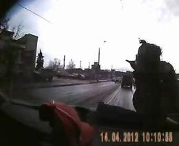 Подросток выскочил из-за автобуса