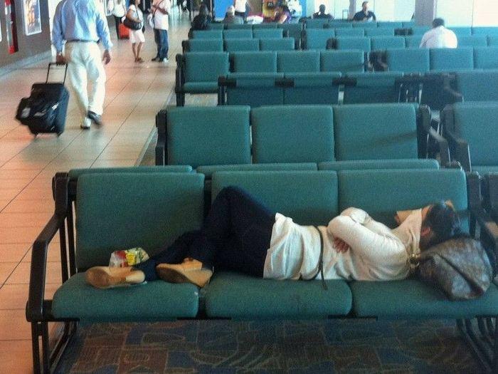 фото как люди спят на вокзале птиц