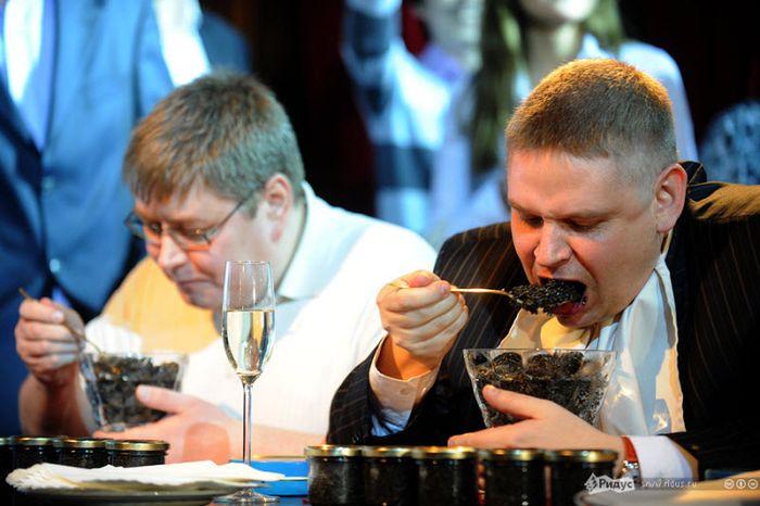 Голодные москвичи сразились в поедании черной икры на скорость (12 фото)