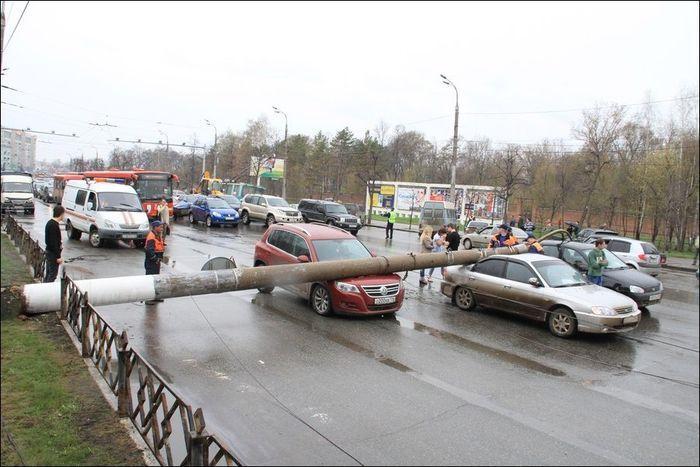 Падение столба на проезжую часть в Казани (7 фото)