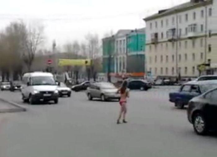 По центральной площади Первоуральска бегала голая девушка (видео)