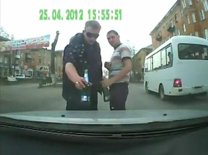 Пьяное быдло из Первоуральска устроило разборку на дороге (2 видео)