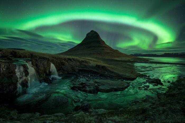 Фотоприкол дня гора, красивое фото, круто, северное сияние