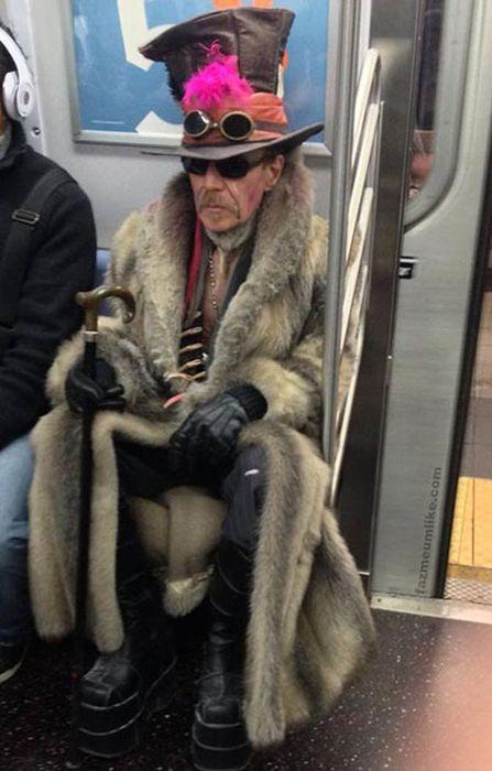 Яркие фото метро, нелепый наряд, прикол, шляпа
