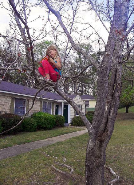 Фанни фото девочка, книжка, на дереве, прикол