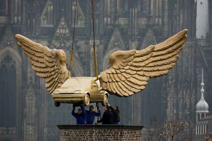 памятник, ford fiesta, крылатая машина