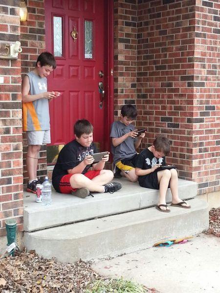 Фото деградация, дети, игрушки, печаль