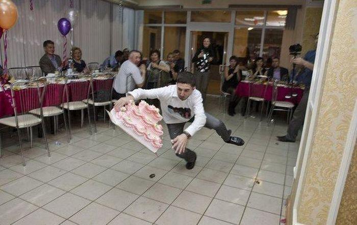 Юмор падение, праздничный торт, уронил