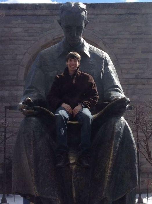 Фото онлайн памятник, прикол, статуя, фотка