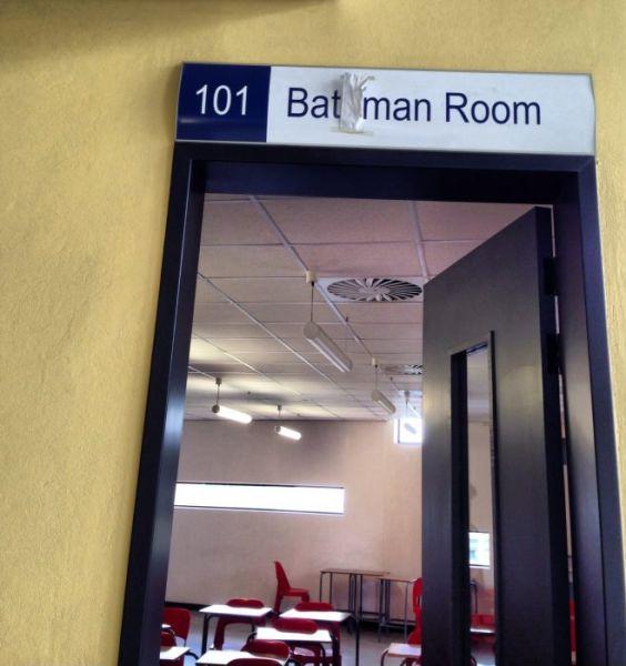 Фотоприкол фото аудитория, бэтмен, класс, надпись