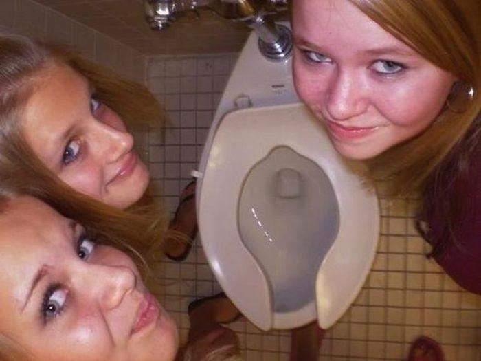 Прикол картинка групповое фото, девушки, унитаз