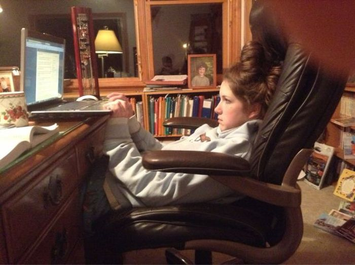 Зачетное фото девушка, кресло, ноутбук, поза
