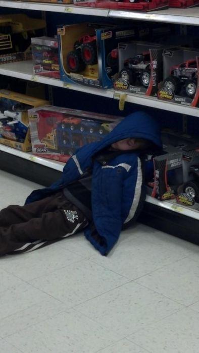 Фотоприкол дня заснул, магазин, маленький мальчик, ребенок