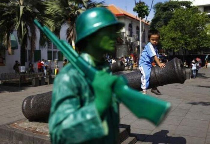 Бесплатный фотоприкол пушка, ребенок, солдатик
