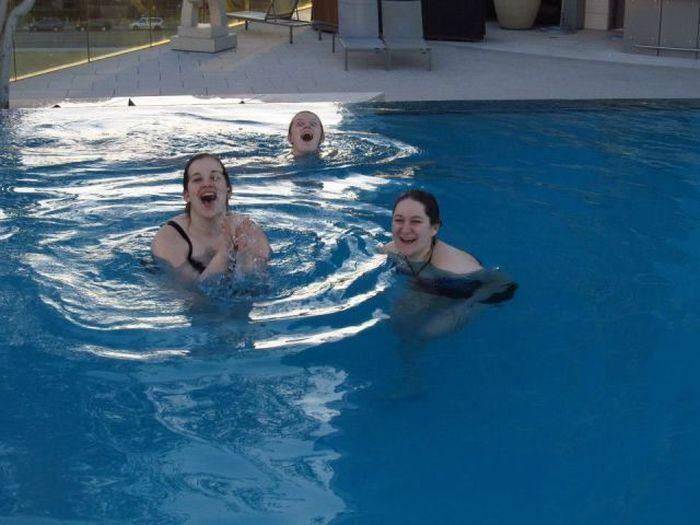 Фото бассейн, выражение лица, задний план, прикол