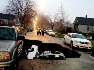 Три машины ушли под землю