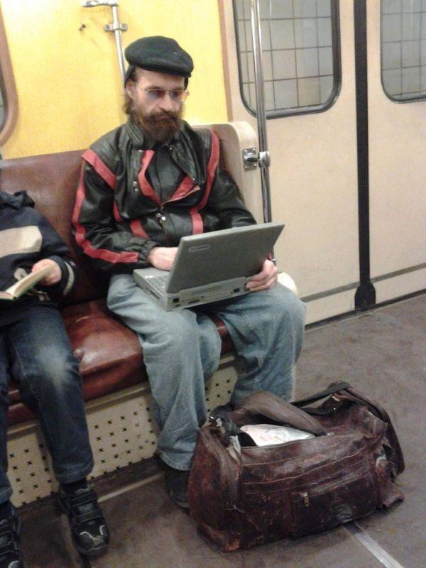 Фотоприкол бесплатно грязный, метро, ноутбук, общественный транспо