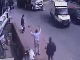 Грузовик задавил женщину с ребенком