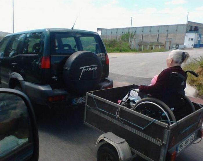 Зачетное фото бабуля, кресло, прицеп, старушка, транспортировка
