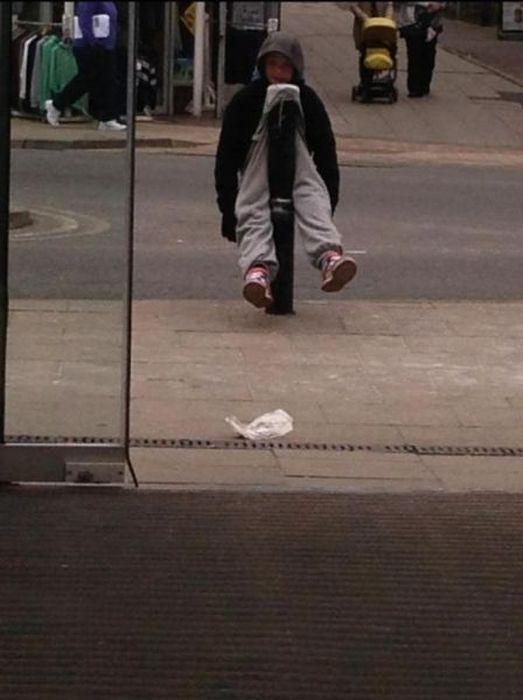 Бесплатно фото парень, прикол, столб, штаны
