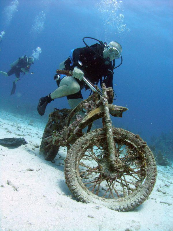 Фото аквалангист, мотоцикл, под водой