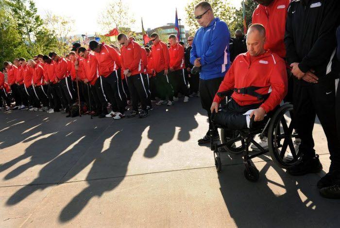 Минута молчания… Чак Скетч вместе с товарищами склоняет голову…Он потерял зрение из-за опухоли мозга, будучи морским пехотинцем. Затем, из-за тромбов, он лишился ног…