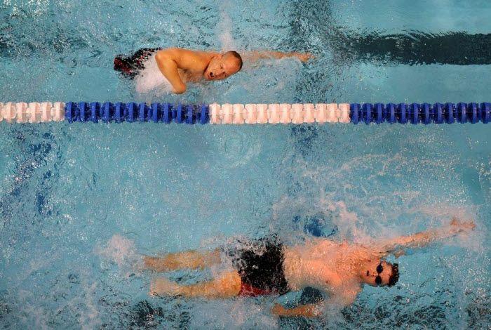 Пехотинцы Ричард Бахус и Чак Скетч плывут дистанцию 100 м фристайлом