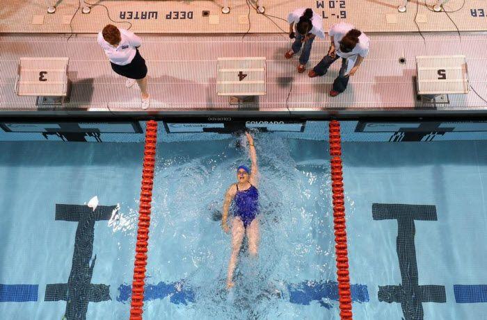 Джинни Голди участвует вженском заплыве на 50 метров.