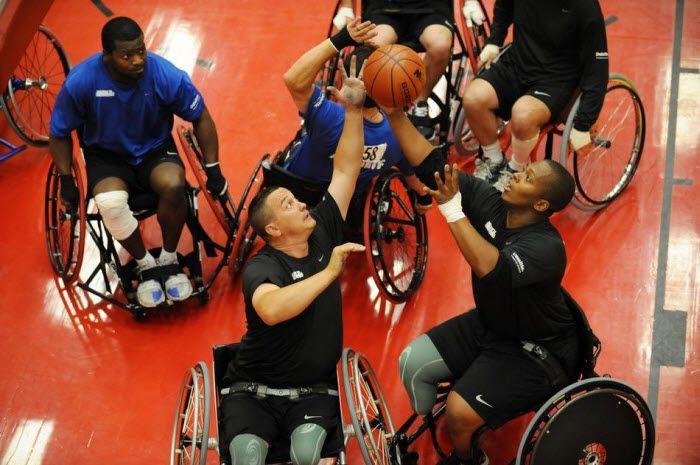 Мэтт Сендерс (слева) наблюдает как Жак Кислар вместе с товарищем по команде(внизу, в центре) борются за мяч.