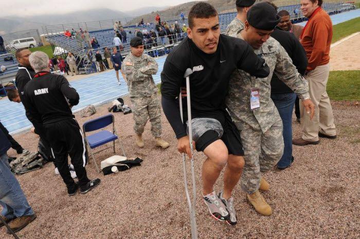 Солдат Райан Тернер покидает стадион после травмы подколенного сухожилия…