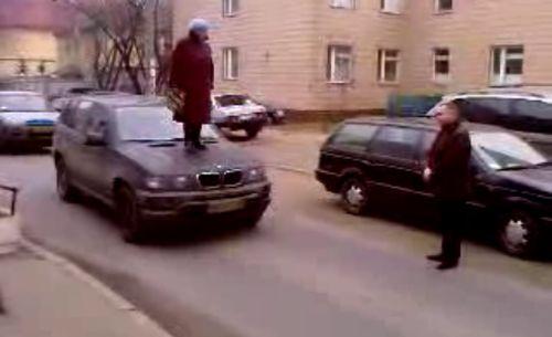 patsan-topchet-nogami-cheloveka-video